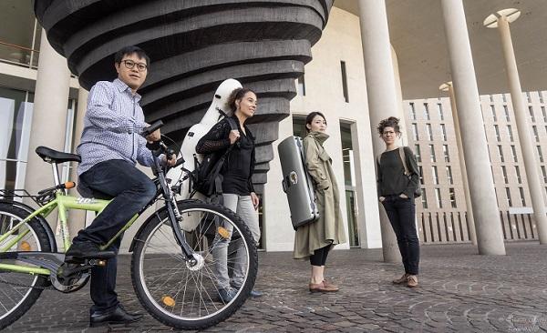Foto-Shooting mit Martin Chiang: Das Ensemble vorm Konzerthaus Freiburg